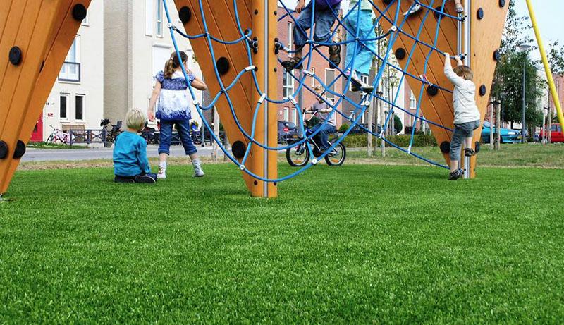 Mooie veilige speeltuinen met een kunstgras ondergrond