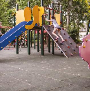 Klimmen en klauteren in een speeltuin voorzien van rubber tegels voor de valmdemping