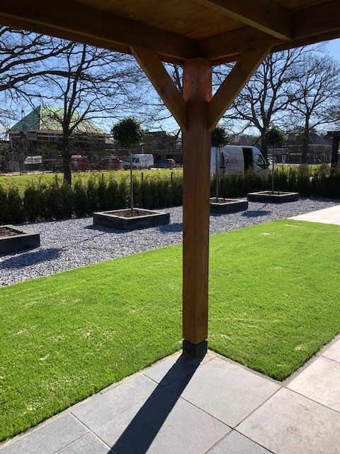 Strak aangelegde achtertuin voorzien van het kunstgras Splendid